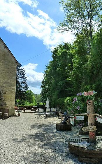 Location photo Le Moulin, France courtyard right