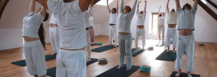 Yoga oefening handen omhoog